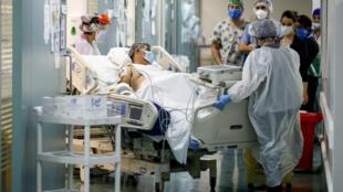 Unas enfermeras de la Unidad de Pacientes Críticos del Hospital El Carmen de Santiago transfieren a un enfermo de coronavirus el 6 de mayo de 2020