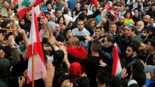 متظاهرون وسط العاصمة اللبنانية بيروت يطالبون برحيل الطبقة السياسية لليوم الثامن على التوالي. 24 أكتوبر/ تشرين الأول