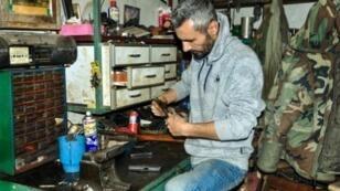 أيهم المحمد   السوري عبود جان يعمل على صيانة مسدس في متجره في الحسكة في 18 آذار/مارس 2017