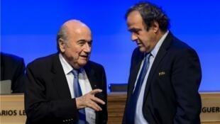 Discussion entre Sepp Blatter (g) et Michel Platini.