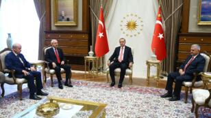 Le président Erdogan reçoit, lundi 25 juillet 2016, les leaders de l'opposition en Turquie.