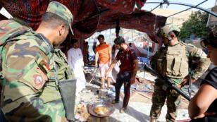La police irakienne inspecte le site où a eu lieu un attentat meurtrier dans le quartier de al-Chaab à Bagdad, le 15 octobre 2016.