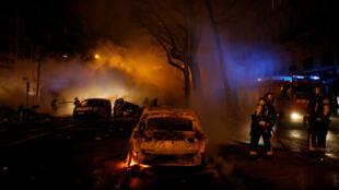 Des pompiers éteignent des indendies dans des voitures à Paris, le 1er décembre 2018.