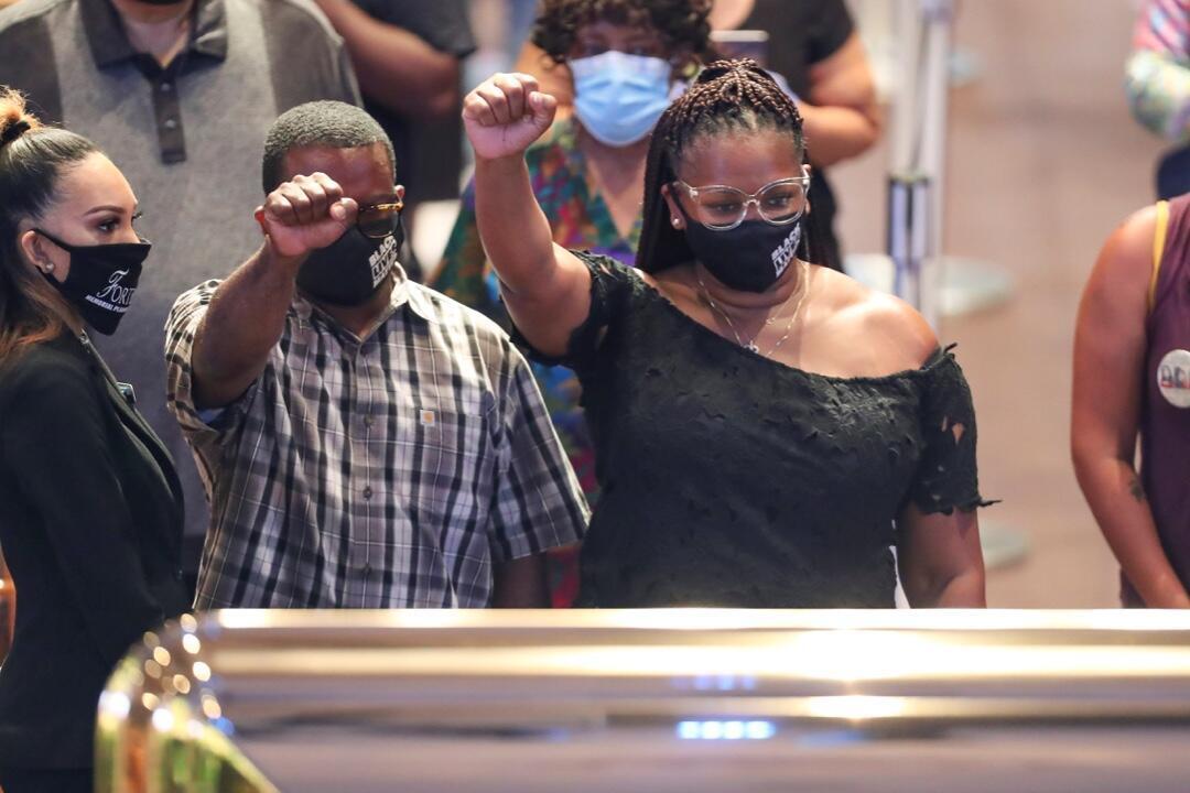 Dos ciudadanos alzan los puños durante ante el ataúd de George Floyd en Houston, Estados Unidos, el 8 de junio de 2020.