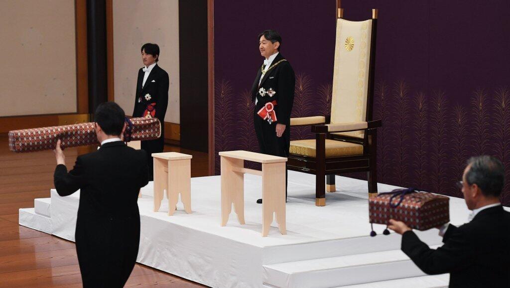 """الأمير ناروهيتو يتسلم  """"الشارات الإمبراطورية المقدسة""""."""