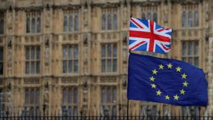 Un activista antiBrexit ondea una bandera del Reino Unido y de la Unión Europea mientras se manifiestan fuera del Parlamento en el centro de Londres, el 23 de enero de 2019.