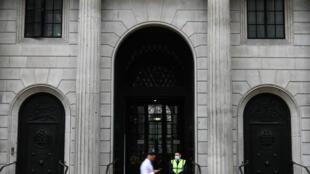 من أمام مقر بنك إنكلرتا في وسط لندن في 6 آب/أغسطس 2020