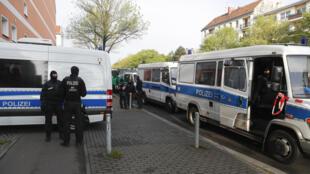 Unos vehículos de la policía alemana, desplegados el 30 de abril de 2020 en Berlín