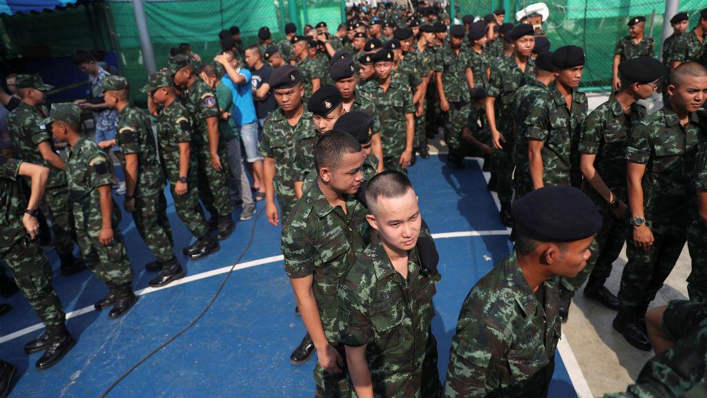 Un grupo de soldados hace fila para votar en las elecciones generales, el 24 de marzo de 2019, tras cinco años de golpe de estado de la junta militar, liderada por el general Prayut Chan-ocha.