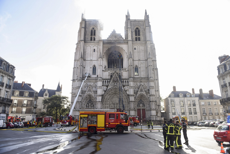 رجال الإطفاء هرعوا لتطويق النيران المندلعة في كاتيدرائية مدينة نانت 18 يوليو 2020