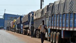 Longue queue de camions chargés de sacs de café prêts à l'exportation mais bloqués au port d'Abidjan, le 8 mars 2018.