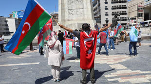 ناشطون يرفعون الأعلام التركية والأذربيجانية خلال تجمّع في أنقرة بتاريخ 8 آب/اغسطس 2020