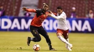 Everaldo (D), de Fluminense, pelea un balón con Anthony Bedoya, del ecuatoriano Deportivo Cuenca, durante la Copa Sudamericana, el 20 de septiembre de 2018 en Quito.