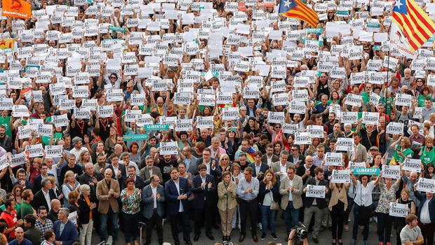 El presidente catalán Carles Puigdemont (C) y otros miembros del gobierno regional catalán asisten a una manifestación organizada por los movimientos independentistas catalanes ANC (Asamblea Nacional Catalana) y Omnium Cutural.