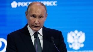 El presidente ruso, Vladimir Putin, pronuncia un discurso durante una sesión del foro internacional de la Semana de la Energía Rusa en Moscú, Rusia, el 3 de octubre de 2018.