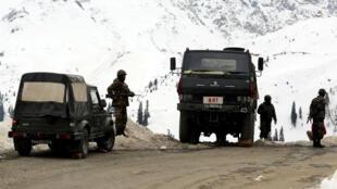 Des soldats indiens déployés au Cachemire, dans la région de Kupwara, le 25 novembre 2015.