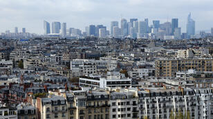Vue du 16e arrondissement de Paris avec le quartier d'affaires de la Défense au second plan.