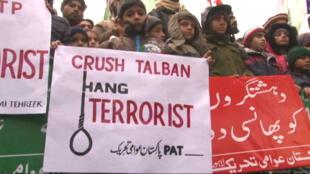 """""""Écrasez les Taliban, pendez les terroristes"""", scandaient des enfants pakistanais dans les rues de Lahore."""