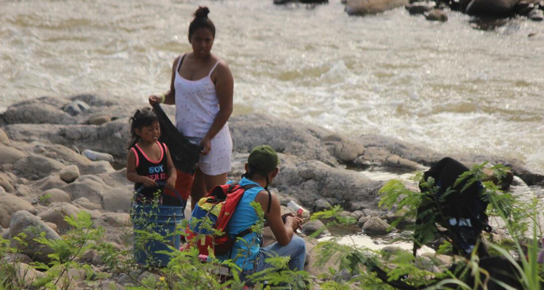 Fotografía fechada el 18 de julio del 2020 donde se observa a un grupo de personas tomar pasos ilegales entre la frontera de Colombia y Venezuela, en San Antonio del Táchira, Venezuela.