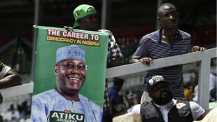 Les partisans de l'ancien vice-président nigérian Atiku Abubakar tiennent une affiche lors de la convention nationale du parti à Port Harcourt, dans l'État de Rivers, le 7 octobre 2018.
