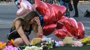 Una mujer llora frente a un monumento improvisado en Las Vegas Strip, el martes 3 de octubre de 2017.