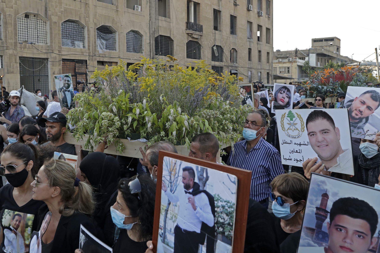 أقارب لضحايا انفجار مرفأ بيروت في 4 آب/اغسطس 2020، يشاركون في الموكب الجنائزي الرمزي في العاصمة اللبنانية 8 آب/اغسطس 2021
