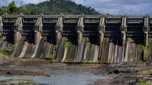 El embalse Carraízo a un nivel inusualmente bajo debido a la sequía que afecta Puerto Rico.