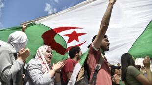 Des Algériens manifestent contre le pouvoir en place à Alger, le 21 juillet 2019.
