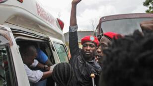 Bobi Wine monte dans une ambulance après sa libération sous caution, prononcée par la Haute Cour de Gulu, dans le nord de l'Ouganda, le 27 août 2018.
