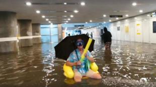 Un habitant d'Uppsala qui profite des inondations.