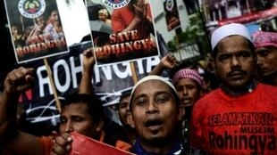 """لاجئون من الروهينغا في تظاهرة أمام السفارة البورمية بكوالالمبور ضد """"اضطهاد"""" الأقلية المسلمة في بورما في 25 ت2/نوفمبر 2016"""