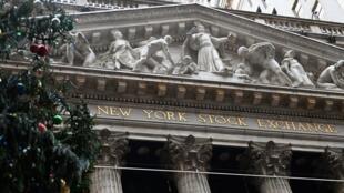 Vista de la bolsa de valores de Nueva York en Wall Street el 30 de noviembre de 2020.