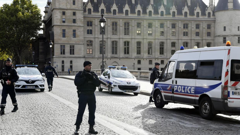 ما الذي نعرفه حتى الآن عن الهجوم بسكين في مقر الشرطة بباريس؟