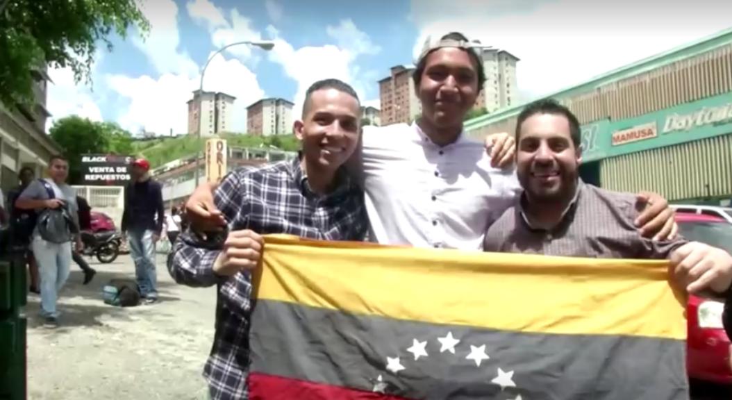 Un grupo de jóvenes, considerados presos políticos, puestos en libertad por el gobierno de Nicolás Maduro, el 17 de octubre de 2019.