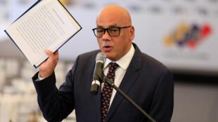 El ministro de Comunicaciones e Información de Venezuela, Jorge Rodríguez, sostiene un documento mientras habla con los medios en la sede del Consejo Nacional Electoral (CNE) en Caracas, Venezuela el 1 de marzo de 2018.