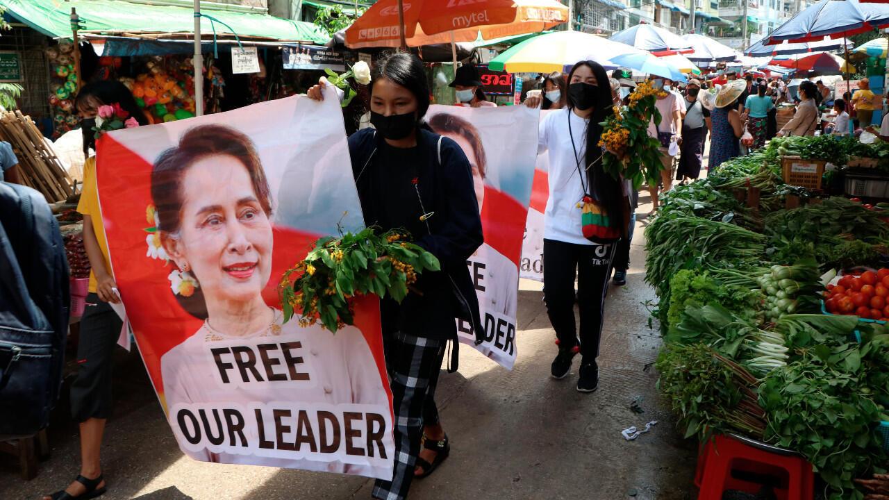 Manifestantes marchan con carteles del exlíder birmana Aung San Suu Kyi, en la comuna de Kamayut, en Yangon, Myanmar, el 8 de abril de 2021.