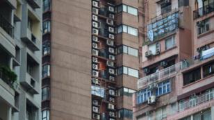 Des climatiseurs sur des façades de bâtiments à Hong Kong.