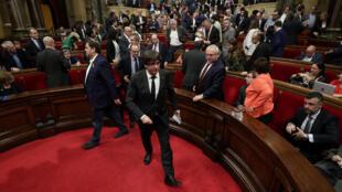 El presidente catalán Carles Puigdemont abandona la cámara después de una sesión en el Parlamento Regional de Cataluña en Barcelona, España, el 26 de octubre de 2017.