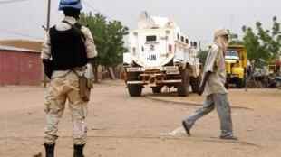 جنود من بعثة الأمم المتحدة في مالي (مينوسما) يقومون بدورية في شوارع قاو، شرق مالي، 3 أغسطس/آب 2018