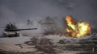 """دبابة روسية تي-72 بي-3 تطلق النار خلال مناورات عسكرية في جنوب روسيا في 23 ايلول/سبتمبر 2020 خلال تدريبات """"القوقاز-2020"""""""