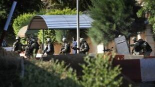 """القوات المالية أمام فندق """"راديسون بلو"""" في العاصمة المالية باماكو"""