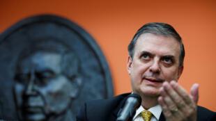 El canciller mexicano, Marcelo Ebrard, responde a una pregunta durante una conferencia de prensa en la Embajada de México en Washington, D. C., EE. UU., el 10 de septiembre de 2019