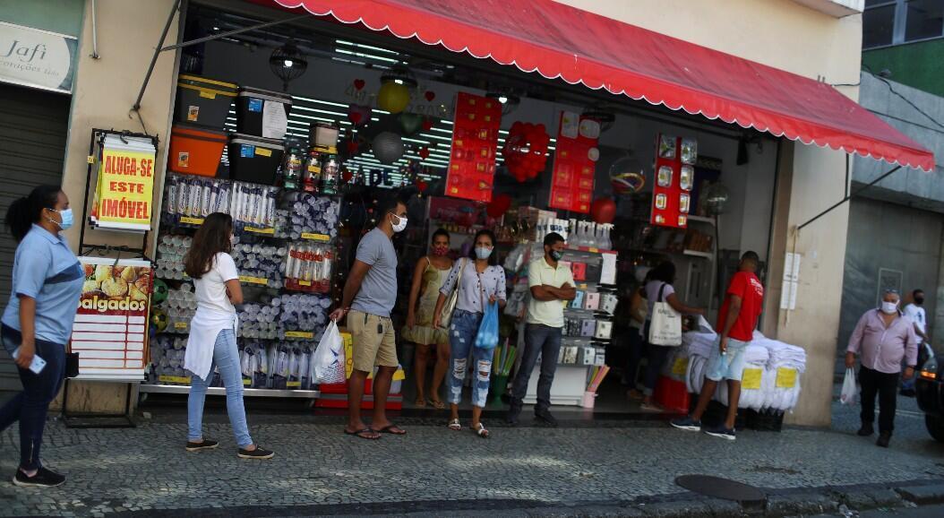 Un grupo de personas frente a una tienda, en medio del brote del Covid-19, en Río de Janeiro, Brasil, el 2 de junio de 2020.