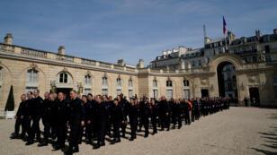 Los bomberos llegan al palacio del Elíseo para una reunión con el presidente francés, Emmanuel Macron, el 18 de abril de 2019 en París, Francia.