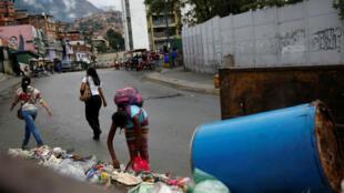 Una afectada por la crisis mientras recolectaba materiales reciclables en medio de la basura en el vecindario José Félix Ribas en Caracas, Venezuela, el 30 de enero de 2019.