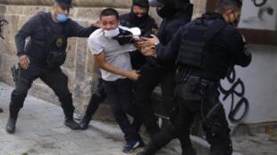 Protestas por la muerte de un joven mientras estaba bajo custodia policial, después de haber sido arrestado supuestamente por no cumplir con las medidas para prevenir la propagación del coronavirus COVID-19, el 4 de junio de 2020 en Guadalajara, estado de Jalisco, México
