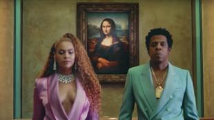 """Parte del videoclip de la canción """"Apeshit"""", la cantante Beyoncé, junto con su esposo el rapero Jay-Z."""