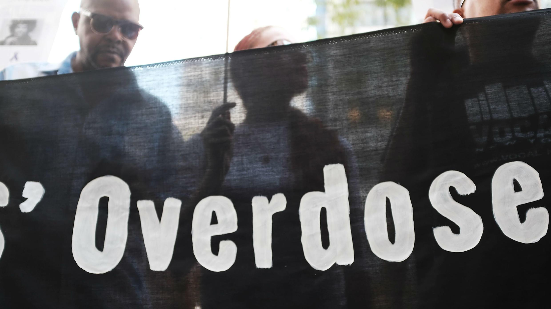"""Los usuarios de drogas, activistas y proveedores de servicios sociales convocan a una """"acción política más audaz"""" para combatir la epidemia de sobredosis fuera de la oficina del gobernador Andrew Cuomo en Nueva York. Archivo."""