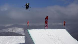 Le Français Antoine Adelisse lors de qualifications de ski slopestyle à Breckenridge (Colorado), le 14 décembre 2017
