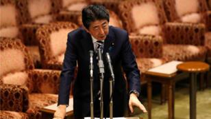 El primer ministro de Japón, Shinzo Abe, durante una sesión parlamentaria de la cámara alta en Tokyo, 19 de marzo de 2018.